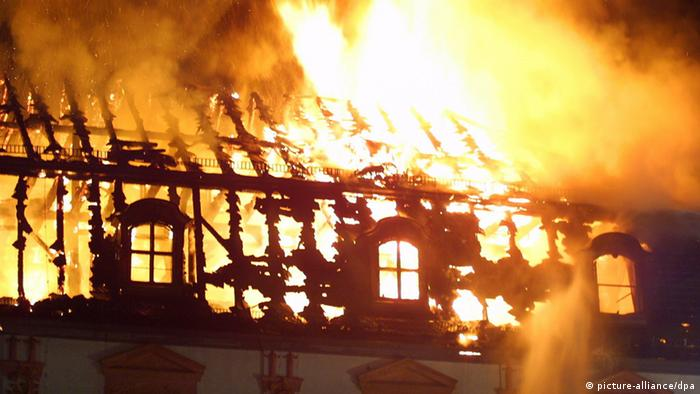 Anna Amalia Library in Weimar in flames on September 2, 2004, Copyright: Michael Paech dpa