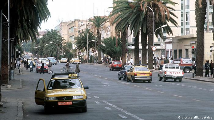 Straßenszene in der Independence Avenue in Asmara, Eritrea