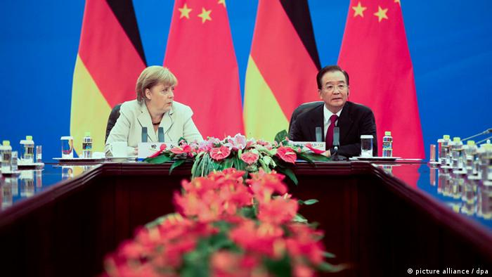 epa03374742 German Chancellor Angela Merkel (L) and Chinese Premier Wen Jiabao hold bilateral talks inside the Great Hall of the People in Beijing, China, 30 August 2012. Merkel is on a two-day official visit to China. EPA/DIEGO AZUBEL / POOL +++(c) dpa - Bildfunk+++