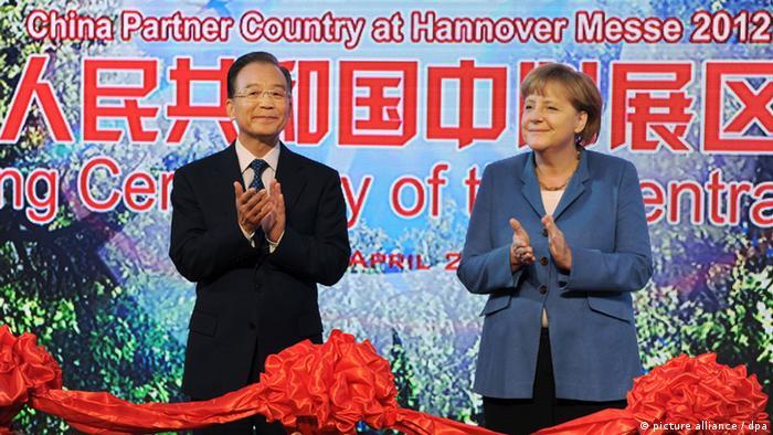 Bundeskanzlerin Angela Merkel (CDU) und der chinesische Ministerpräsident Wen Jiabao (l.) eröffnen am 23.04.2012 auf dem Messegelände in Hannover im chinesischen Gemeinschaftsstand die Messe (Foto: dpa)