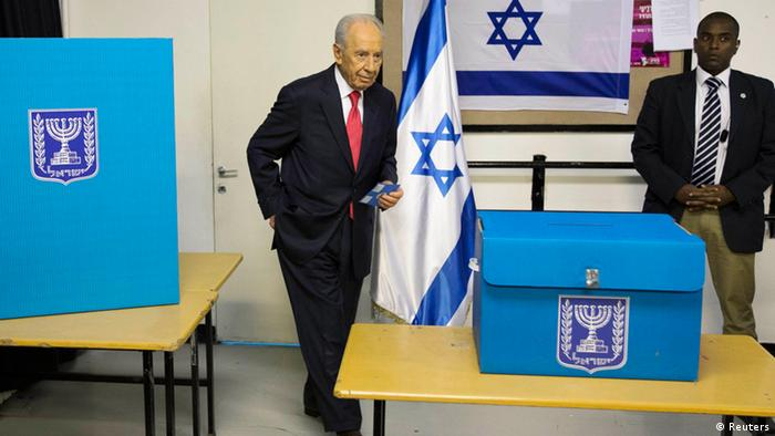 Israel's President Shimon Peres (L) holds an envelope with his ballot as he votes in the parliamentary election at a polling station in Jerusalem January 22, 2013. Israelis voted on Tuesday in an election widely expected to win Prime Minister Benjamin Netanyahu a third term in office, pushing the Jewish State further to the right, away from peace with Palestinians and towards a showdown with Iran. REUTERS/Ronen Zvulun (JERUSALEM - Tags: POLITICS ELECTIONS)