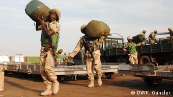 Nigerianische Soldaten bereiten sich auf ihren Einsatz im Norden Malis vor (Foto:DW/Katrin Gänsler)