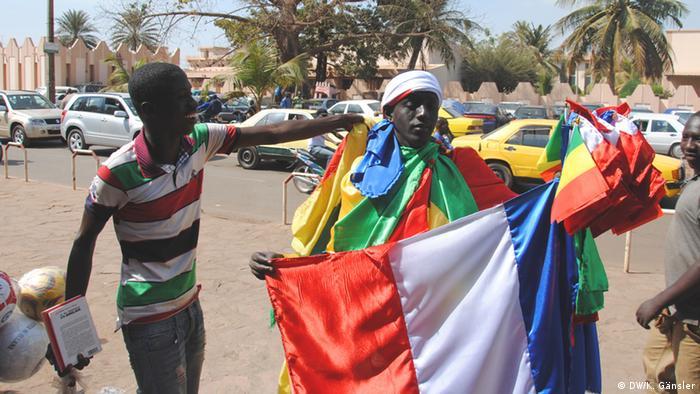 Der malische Junge Mama Lah verkauft französische Flaggen auf der Straße in der Hauptstadt Bamako. (Foto: Katrin Gänsler)