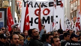 Demonstrierende Türken, die gegen den Patriot-Einsatz protestieren (Foto: Reuters)