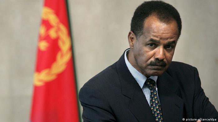 Eritrea Präsident Isayas Afewerki, im Hintergrund eine eritreische Flagge