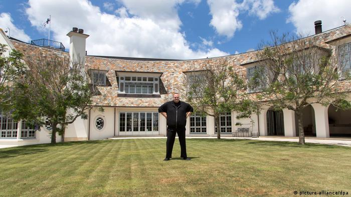 Kim Dotcom in front of his mansion (Photo: dpa - Bildfunk)