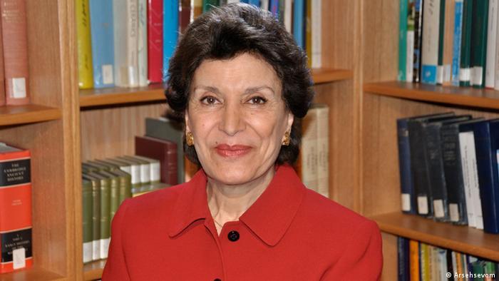 مهناز افخمی دومین زن در تاریخ معاصر ایران است که به مقام وزارت رسیده است. او در سال ۱۳۵۵ وزیر مشاور در امور زنان شد. او به مدت پنج سال دبیرکل سازمان زنان ایران در دوره محمدرضا شاه پهلوی بود. این سازمان در سال ۱۳۳۸ با هدف اصلی دستیابی به حق رای برای زنان تشکیل شده بود.