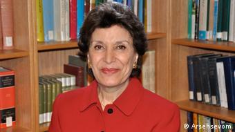 مهناز افخمی، وزیر مشاور در امور زنان در کابینه هویدا از سال ۱۳۵۵ تا ۱۳۵۷