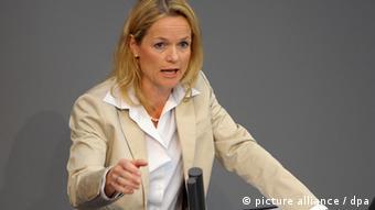 Die Abgeordnete Viola von Cramon-Taubadel (Bündnis 90/Grüne), aufgenommen am Freitag (01.07.2011) in Berlin während der Sitzung des Bundestages. Foto: Soeren Stache dpa