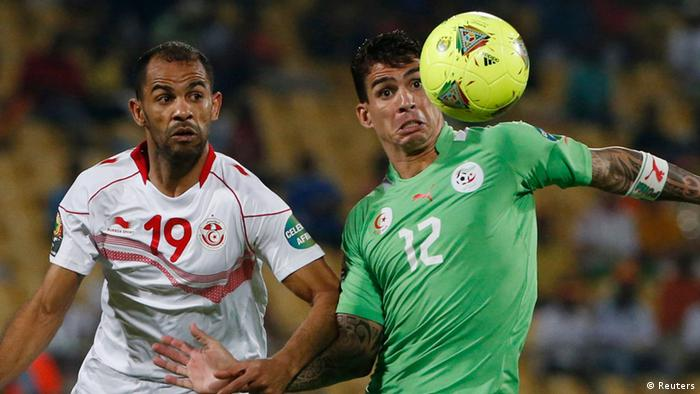 Tunisia's Saber Khelifa (L) challenges Algeria's Carl Medjani during their African Nations Cup (AFCON 2013) Group D soccer match in Rustenburg, January 22, 2013. REUTERS/Mike Hutchings (SOUTH AFRICA - Tags: SPORT SOCCER)