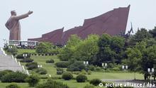 ARCHIV - A file picture dated 01 June 2006 shows a huge statue of late North Korean leader Kim Il Sung towering over visitors in central Pyongyang, North Korea. Photo: ADRIAN BRADSHAW EPA (zu dpa Nordkoreas Machthaber will starke Wirtschaft aufbauen vom 01.01.2013) +++(c) dpa - Bildfunk+++