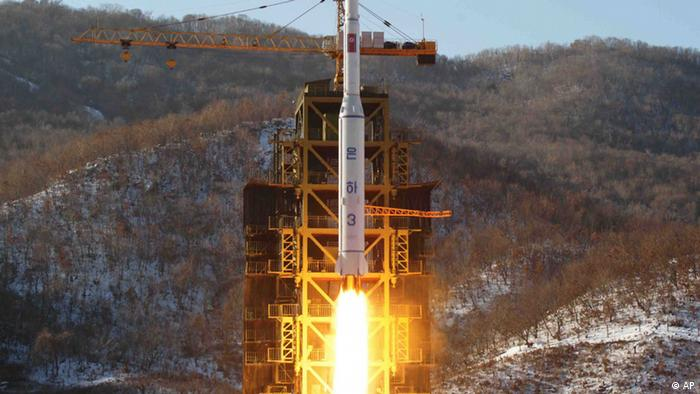 "FILE - In this Dec. 12, 2012 file photo released by Korean Central News Agency, North Korea's Unha-3 rocket lifts off from the Sohae launch pad in Tongchang-ri, North Korea.North Korea vowed Monday, Jan. 14, 2013, to strengthen its defenses amid concerns the country may conduct a nuclear test as a follow-up to last month's long-range rocket launch. Citing U.S. hostility, Pyongyang's Foreign Ministry said in a memorandum that North Korea will ""continue to strengthen its deterrence against all forms of war."" (Foto:KCNA, File/AP/dapd)"
