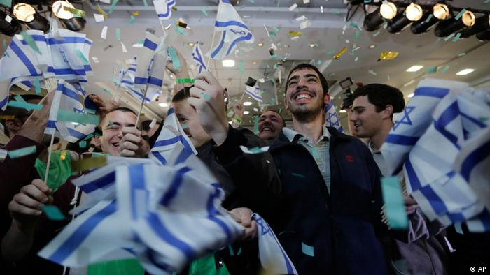 Supporters of Naftali Bennett, head of Israel's Jewish Home party celebrate after the exit polls were announced at the party's headquarters in the city of Ramat Gan, Tuesday, Jan. 22, 2013. Israeli Prime Minister Benjamin Netanyahu's Likud Party is predicted to be the largest faction in parliamentary election on Tuesday, positioning the hard-liner to probably serve a new term as prime minister and may be forced to form a coalition government, according to exit polls. (Foto:Tsafrir Abayov/AP/dapd)