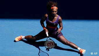 Serena Williams of the US slides to a stop after hitting a return during her quarterfinal match against compatriot Sloane Stephens at the Australian Open tennis championship in Melbourne, Australia, Wednesday, Jan. 23, 2013. (Foto:Rob Griffith/AP/dapd)