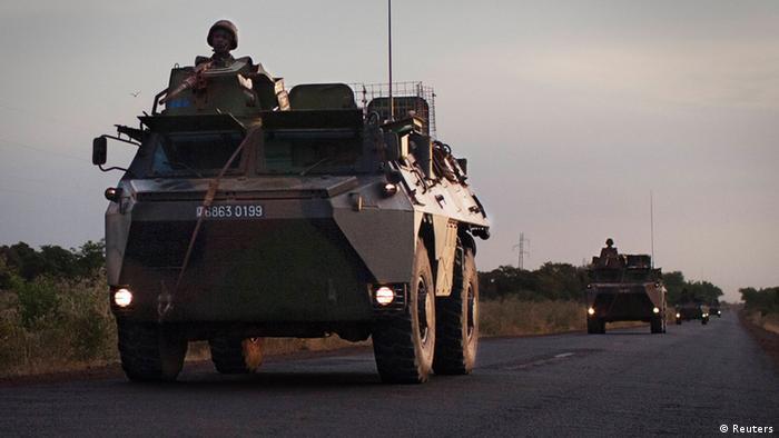 Ein Konvoi französischer Einheiten in Mali im Abendlicht (foto:reuters)
