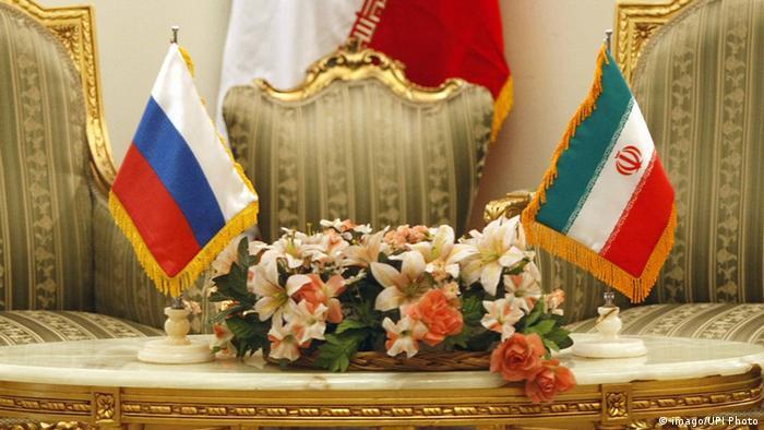 Russische und iranische Fähnchen in Vorbereitung auf ein Gipfeltreffen in Teheran (Foto: imago/UPI)