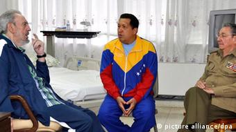 Former Cuban President Fidel Castro (L) and his brother and current Cuban leader Raul Castro (R) visiting Chavez (C) in hospital in 2011. (Photo: EPA/Cubadebate)
