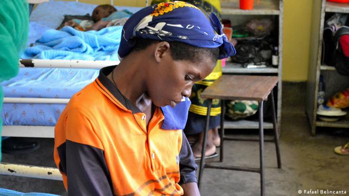 Mãe e filho, ambos infetados com o VIH, num hospital no Malawi