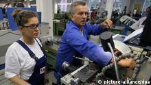 Deutschland Wirtschaft Fachkraft im Betrieb