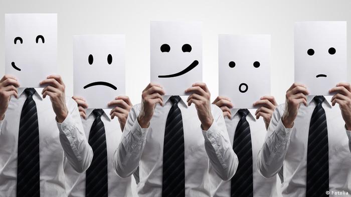 Различные эмоции, схематически изображенные на листах бумаги