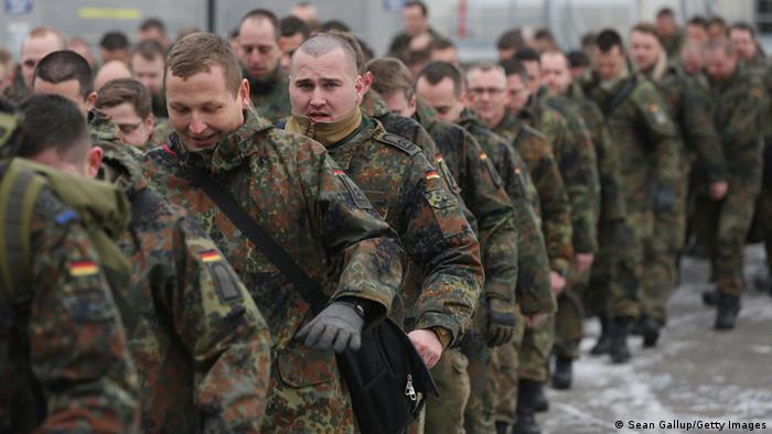 Bundewehrsoldaten auf dem Weg zum Patriot-Einsatz - vor dem Einsteigen in das Flugzeug, das sie in die Türkei bringt (Foto: Getty Images)