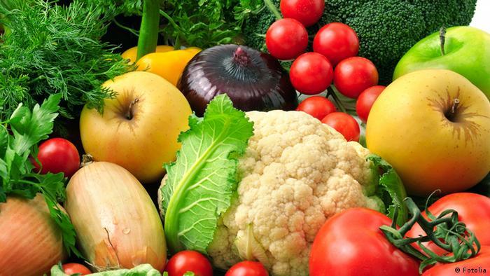 تغذیه سالم را فراموش نکنید. پنج بار در روز میوه و سبزیجات، انواع حبوبات و دانههای روغنی را در برنامه غذاییتان بگنجانید. تا میتوانید از نوشیدن نوشابههایی که شکر و کالری بالا دارند خودداری کنید. از مصرف گوشت فراوری شده بپرهیزید. گوشت قرمز و نمک زیاد را در برنامه غذاییتان کاهش دهید.