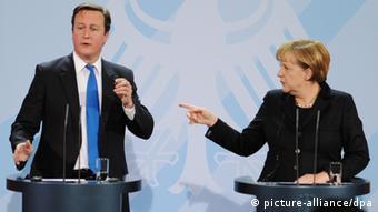 British Prime Minister David Cameron standing next to Angela Merkel Photo: Hannibal dpa/lbn +++(c) dpa - Bildfunk+++