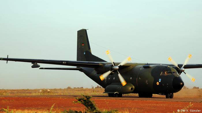Die erste deutsche Transall-Maschine landet auf dem Flughafen von Bamako Foto: Katrin Gänsler (DW)