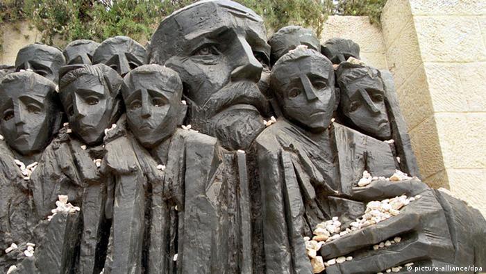 """Rzeźba Borisa Saktsiera """"Korczak i Dzieci Getta"""" w Jad Waszem w Jerozolimie"""