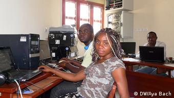Junge Wissenschaftler an Computern (Foto: Aya Bach)