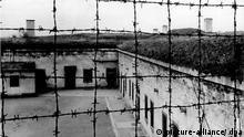 Blick durch Stacheldraht auf die Gebäude des 1941 von der SS errichteten Konzentrationslagers im tschechischen Theresienstadt.