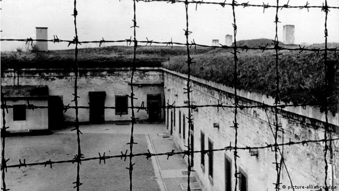 Barbed wire fence at the Theresienstadt concentration camp (c) picture-alliance/dpa