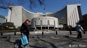 In this picture taken on March 12, 2012 a Chinese man walks in front of China's Central bank in Beijing, China. Premier Wen Jiabao, China's top economic official, said Tuesday, April 3, 2012, its state-owned banks are monopolies that must be broken up, acknowledging mounting economic and political pressure to reform an industry whose vast profits are fueling public anger. (Foto: Vincent Thian/AP/dapd)
