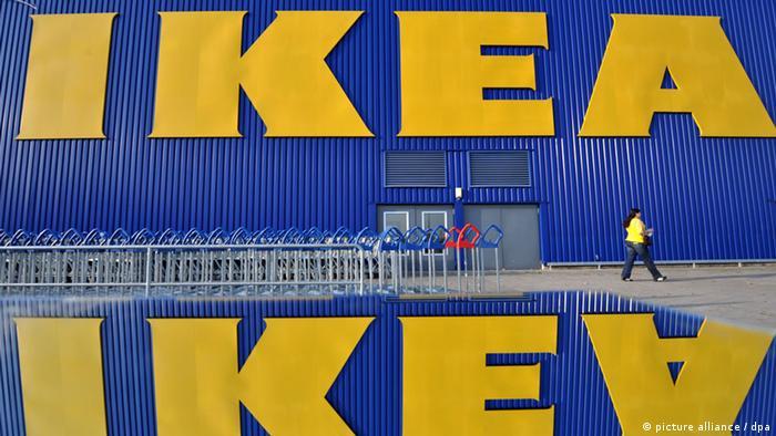 Логотип IKEA на фасаде одного из магазинов в федеральной земле Гессен