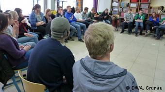 Ο Ζάσα μιλά σε σχολείο της πολης Σβέρτε, φορώντας κουκούλα