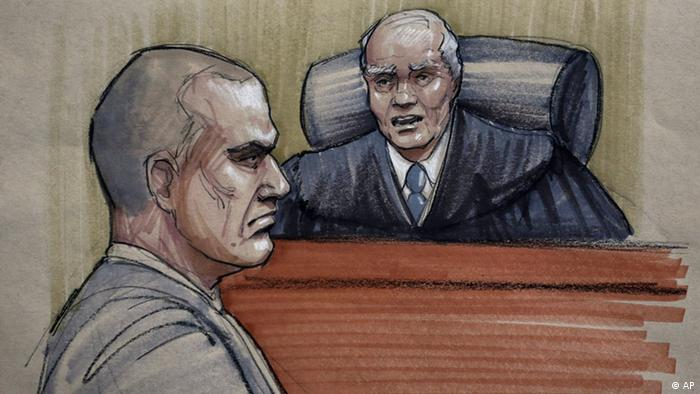 In this courtroom sketch, David Coleman Headley, 52, left, appears before U.S. District Judge Harry Leinenweber at federal court in Chicago, Thursday, Jan. 24, 2013, as Leinenweber imposes a sentence of 35 years in prison for the key role Headley played in a 2008 terrorist attack on Mumbai that has been called India's 9/11. (Foto:Tom Gianni/AP/dapd)