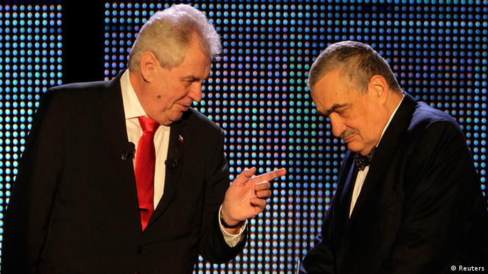 Czech presidential candidates Karel Schwarzenberg (R) and Milos Zeman chat before their final televised debate in Prague January 24, 2013. Photo: REUTERS/David W Cerny