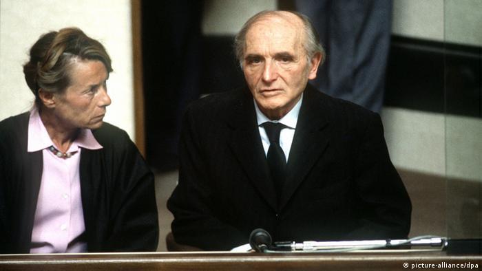 Klaus Barbie (desno) na suđenju 1987. godine