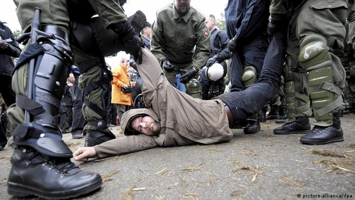 Riot police dragging away Gorleben protester (Photo: Peter Steffen/dpa/lni)