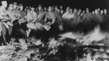 Bücherverbrennung 1933 Berlin Platz vor der Staatsoper III. Reich, Bücherverbrennung : Der brennende Scheiterhaufen auf dem Platz an der Staatsoper Unter den Linden in Berlin (Opernplatz) . Angehörige der SA werfen Bücher und Zeitschriften in die Flammen.