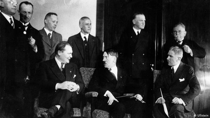 Schwerin von Krosigk (terceiro de pé da esq. para dir.) e outros ministros no início do governo nazista