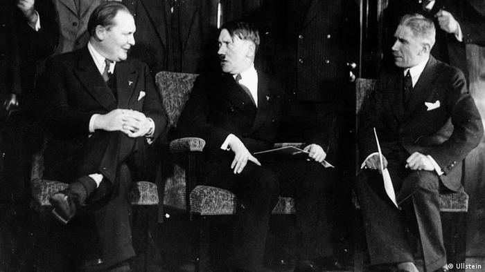 Hitler mit seinen vereidigten Ministern am 30. Januar 1933.