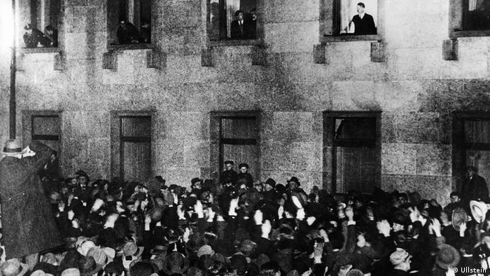Hitler triumphiert: Aus dem Fenster der Neuen Reichskanzlei nimmt er Huldigungen entgegen.