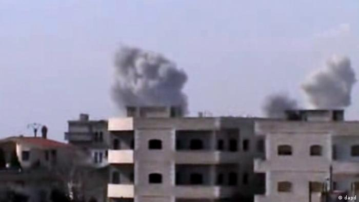 In this image taken from video obtained from the Shaam News Network, which has been authenticated based on its contents and other AP reporting, smoke rises from buildings after warplanes shell the town of Jobar, in Homs, Syria, on Thursday, Jan. 24, 2013. (Foto:Shaam News Network via AP video/AP/dapd)