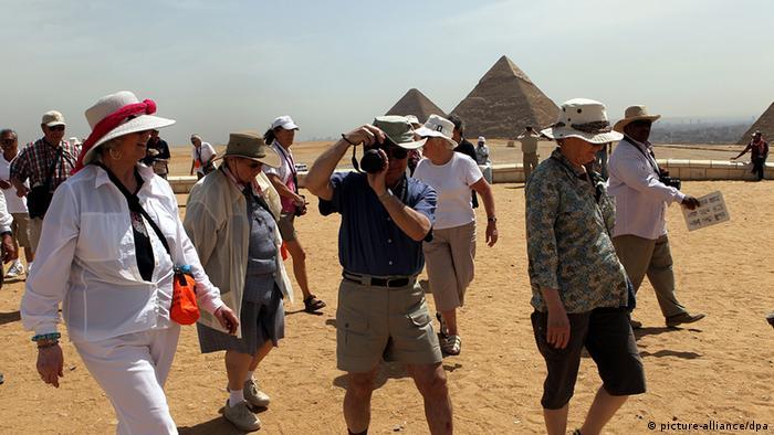 Ägypten Deutschland Tourismus Touristen vor den Pyramiden