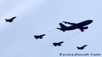 Zwei Tornado-Kampfjets werden in der Luft betankt.