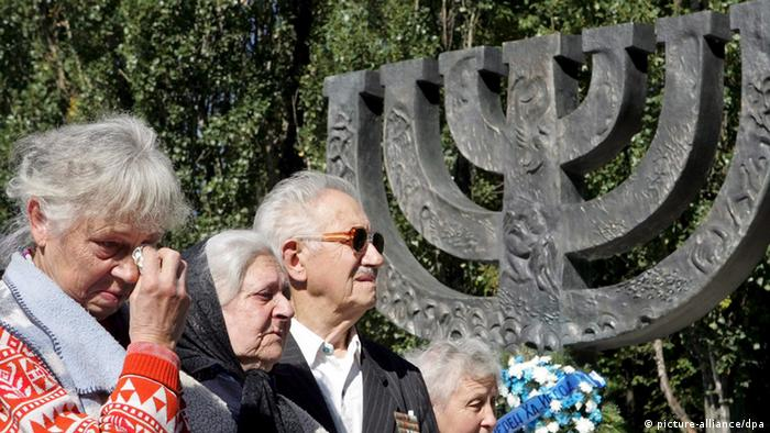 Ukrainian Jews stand in front of the Minora monument during a mourning ceremony near the ravine Babiy Yar in Kiev, 23 September 2007. Ukrainians commemorated the 66th anniversary of the Nazi massacre of Jews at Babiy Yar ravine in Kiev where some 34 000 Jews were murdered during two days 29 and 30 September 1941. In total more than 100 000 people lost their lives in Babiy Yar between 1941 and 1943. EPA/SERGEY DOLZHENKO +++(c) dpa - Bildfunk+++