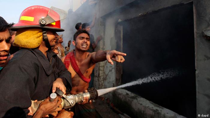 Smoke rises from a two-storied garment factory after a fire swept through it in Dhaka, Bangladesh, Saturday, Jan.26, 2013. The fire swept killed at least six female workers and injured another five, police and fire officials said. The latest fire occurred more than two months after a deadly fire killed 112 workers in another factory near the capital city, raising questions about the safety measures in Bangladesh garment industry. (Foto:A.M. Ahad/AP/dapd)
