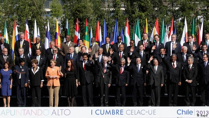 Leaders from the European Union, Latin America and the Caribbean pose for a group photo in Santiago, Chile, Saturday, Jan. 26, 2013. The leaders are gathered in Santiago for the CELAC-EU summit, a 60-nation two day economic meeting. (Foto:Victor R. Caivano/AP/dapd)