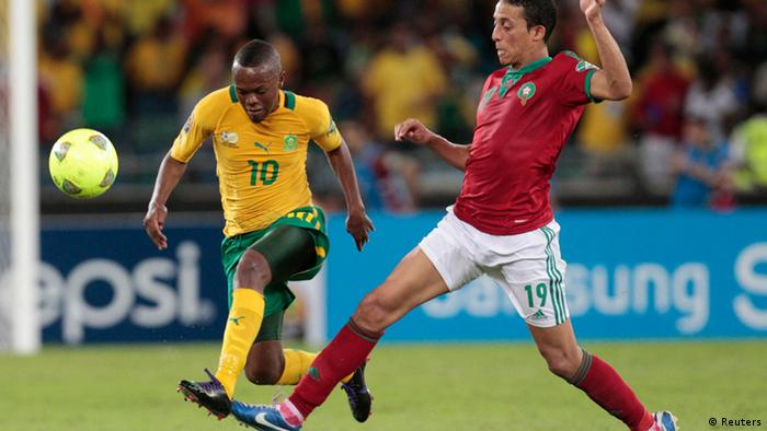 Morocco's Kamel Chafni (R) plays against South Africa's Thulani Serero (L) during their African Nations Cup Group A match in Durban January 27, 2013. REUTERS/Rogan Ward (SOUTH AFRICA - Tags: SPORT SOCCER)